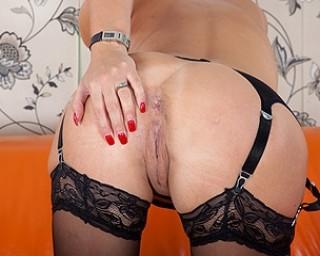 Super MILF Jan Burton gets her pussy all wet