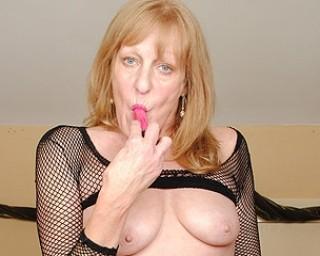 British mature slut getting her old pussy wet