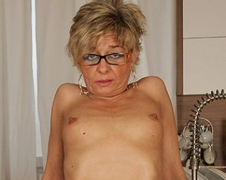 Sexy mature housewife loves to play with herself