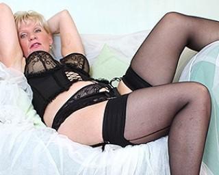 Classy mature lady feeling naughty