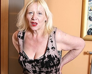 Raunchy British housewife playing with her hairy snatch