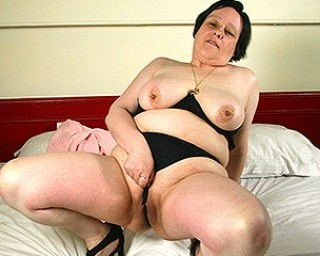 Belgian mature lady playing with her pussy