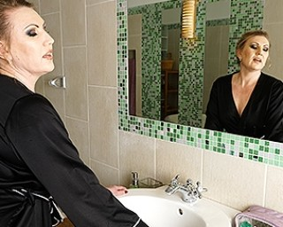 Curvy mature lady taking a naughty bath