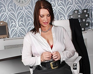Classy British housewife shows off her hot body