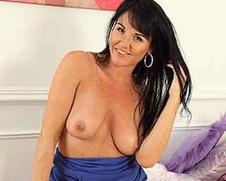 Hot Steamy MILF Raven loves to play with herself