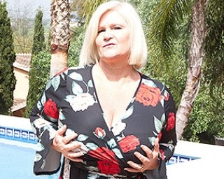 Big breasted Lacey Starr is getting some sun