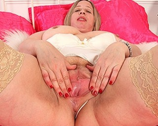 Curvy British mature lady showing off her dirty mind