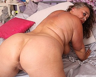 curvy mature lady playing with her pussy