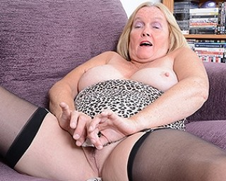Curvy mature lady playing with herself