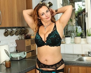 Curvy MILF playing with her wet pussy