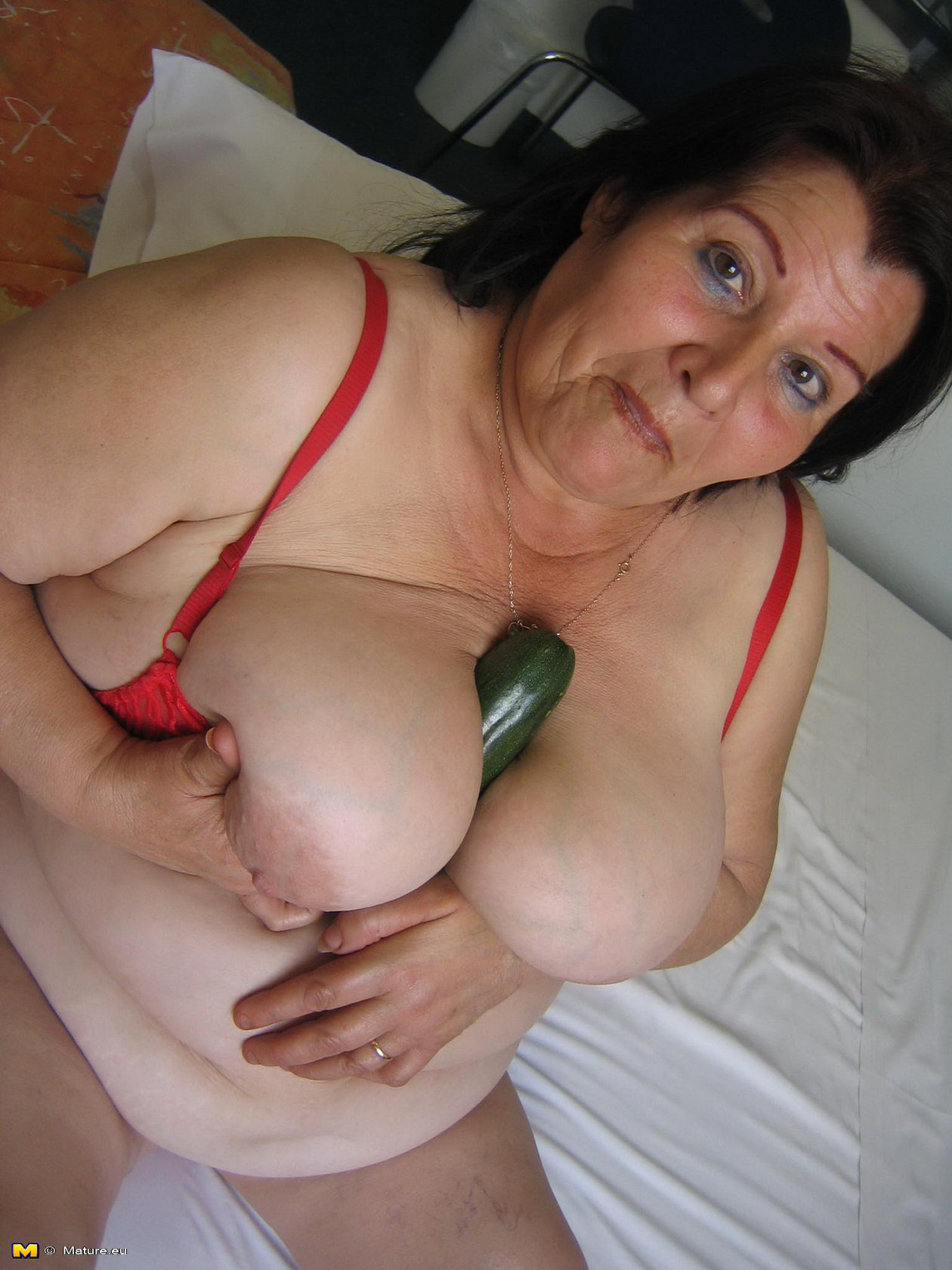 Big titted mature slut playing with herself can