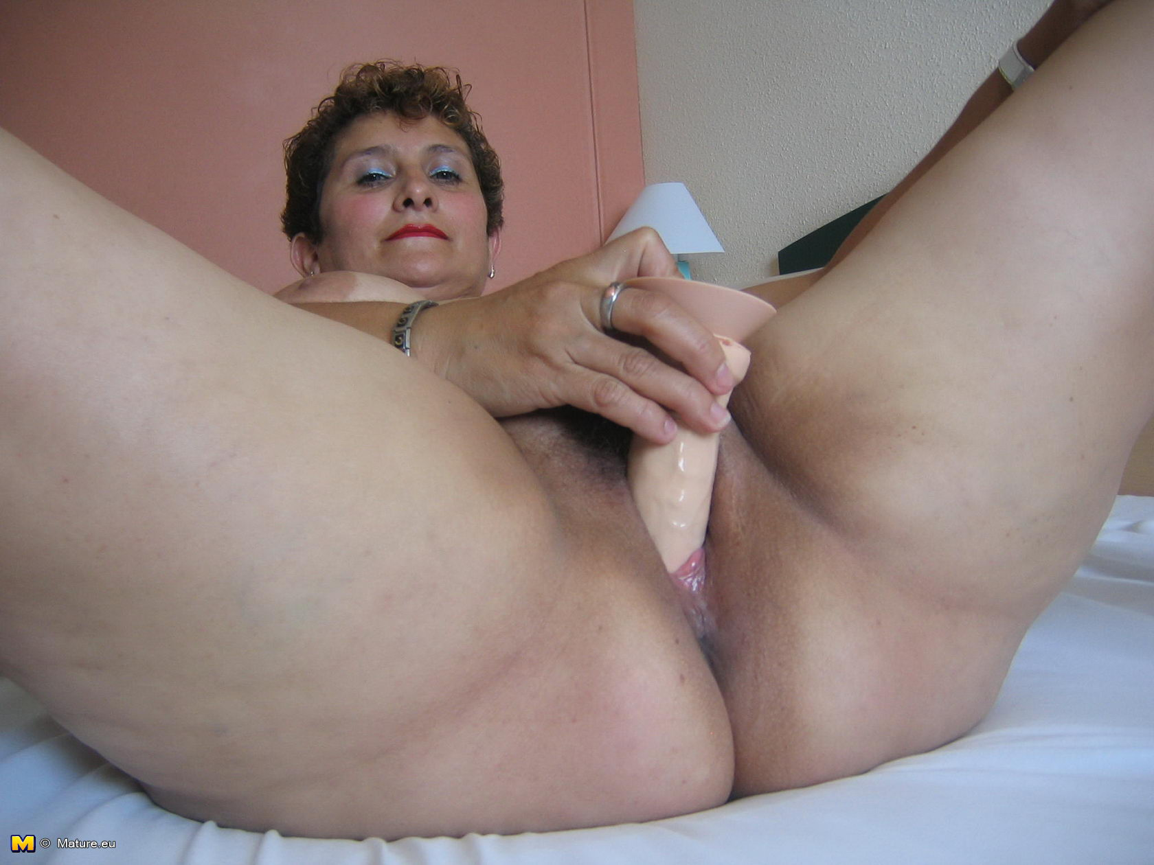 Mature play whit a pussy
