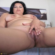 Hot mature housewife caught doing herself