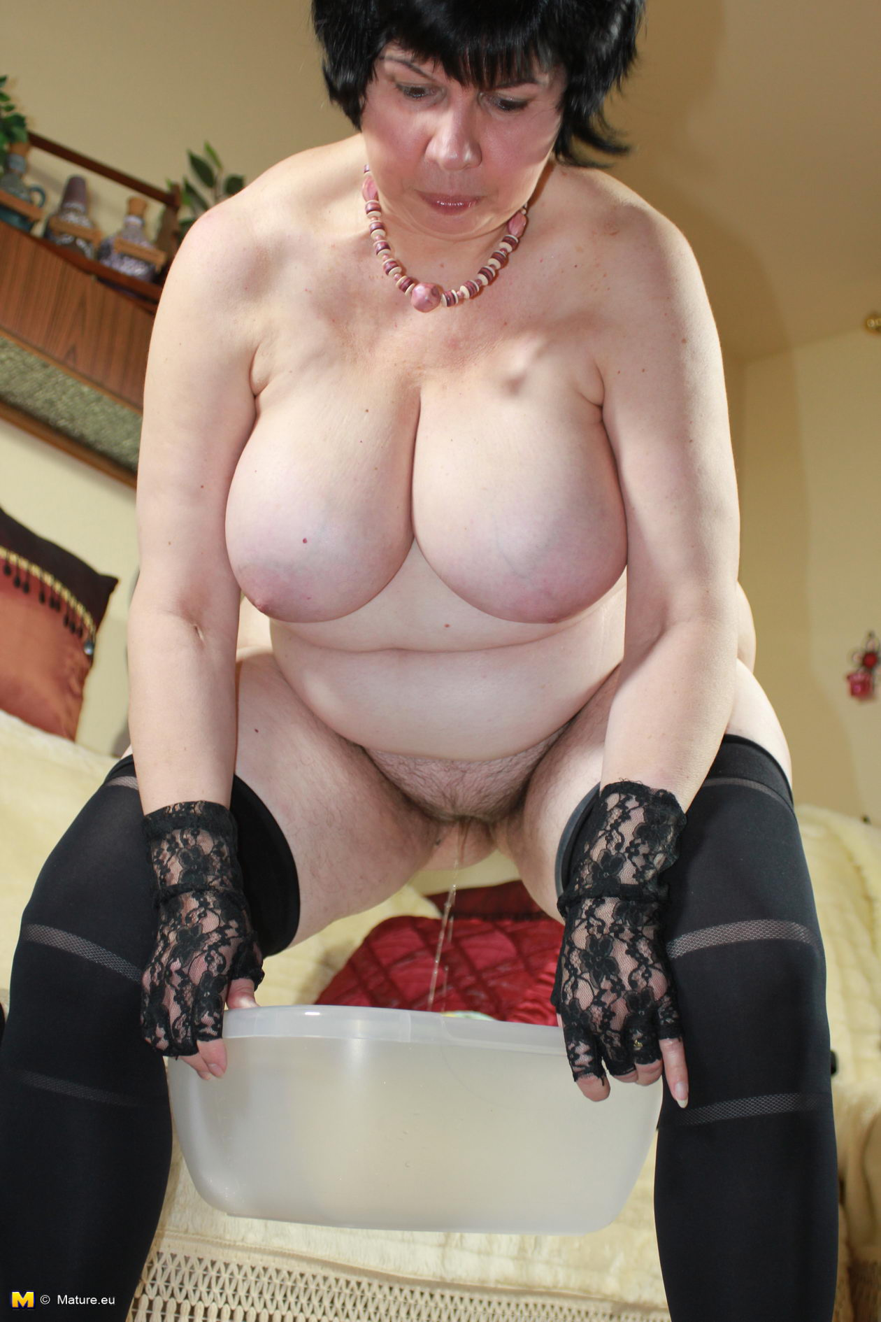 big breasted housewife playing with her naked body - grannypornpics