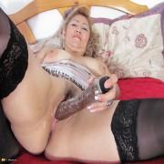 Kinky mature mama playing with herself