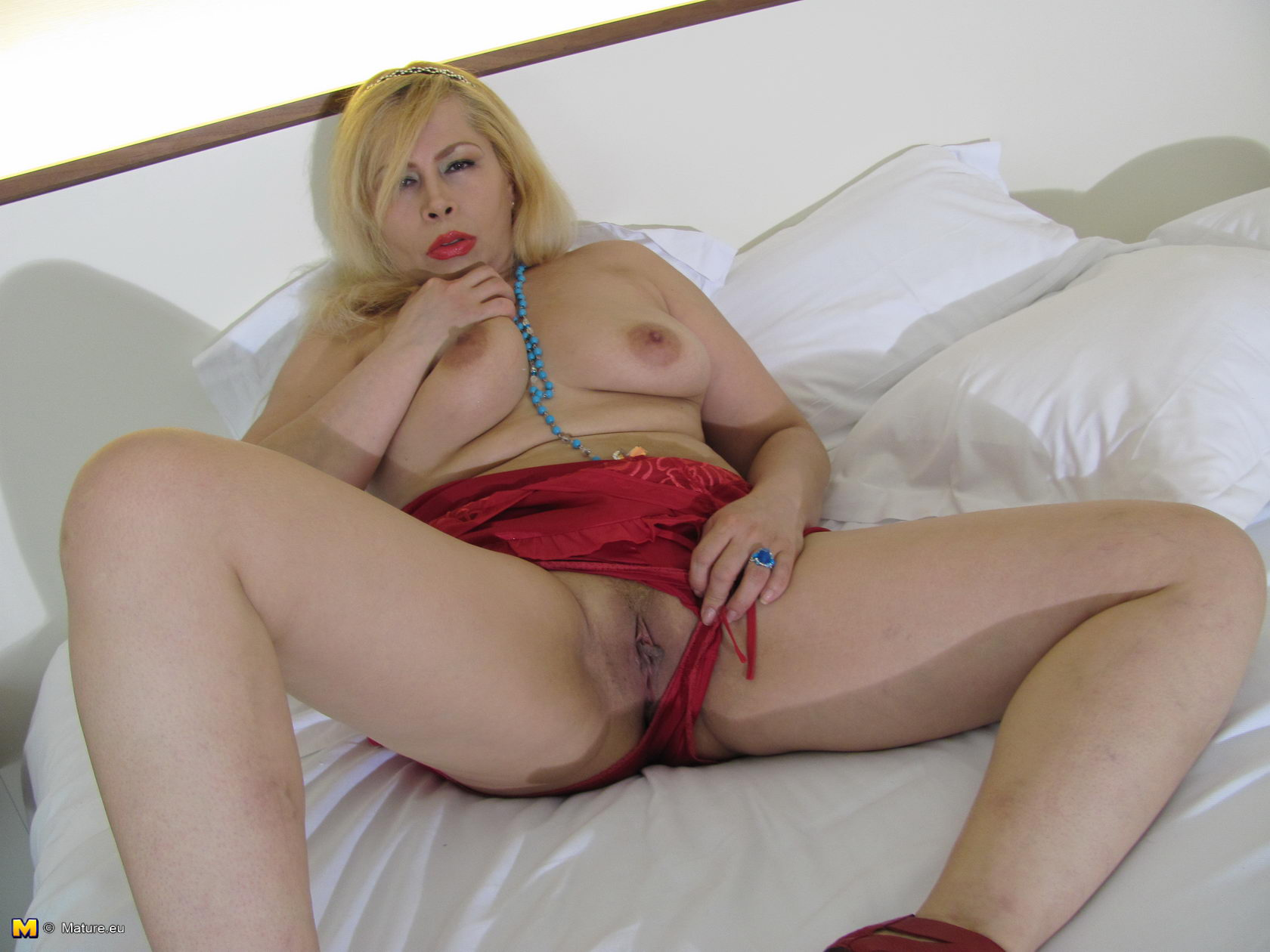 Blonde strips down sweet sandy simmers