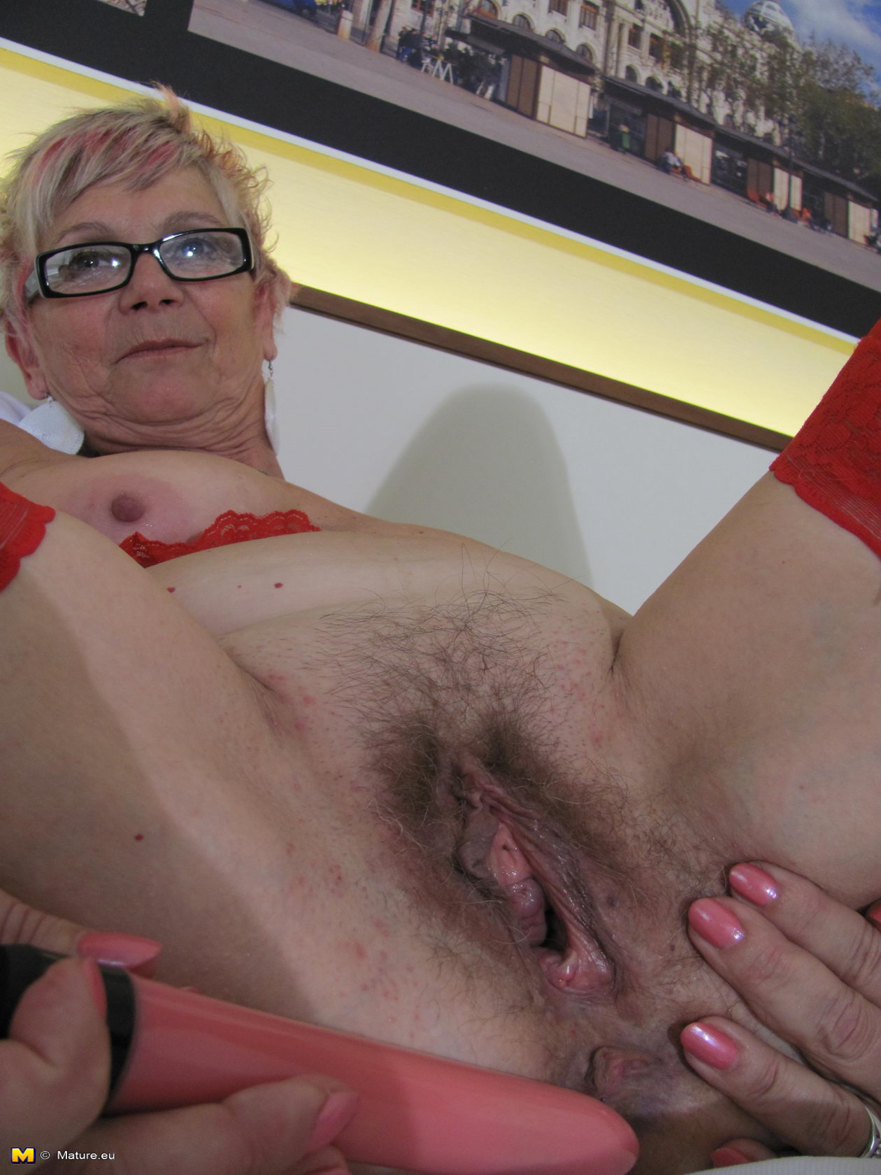 Can Mature blonde loose pussy