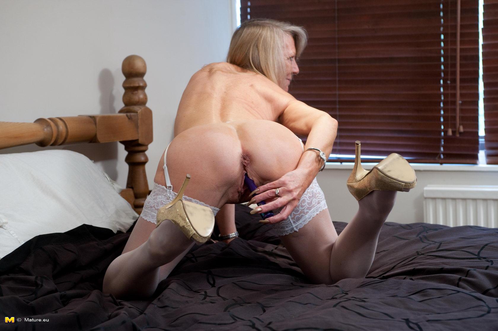 Mature stocking slut pussy play