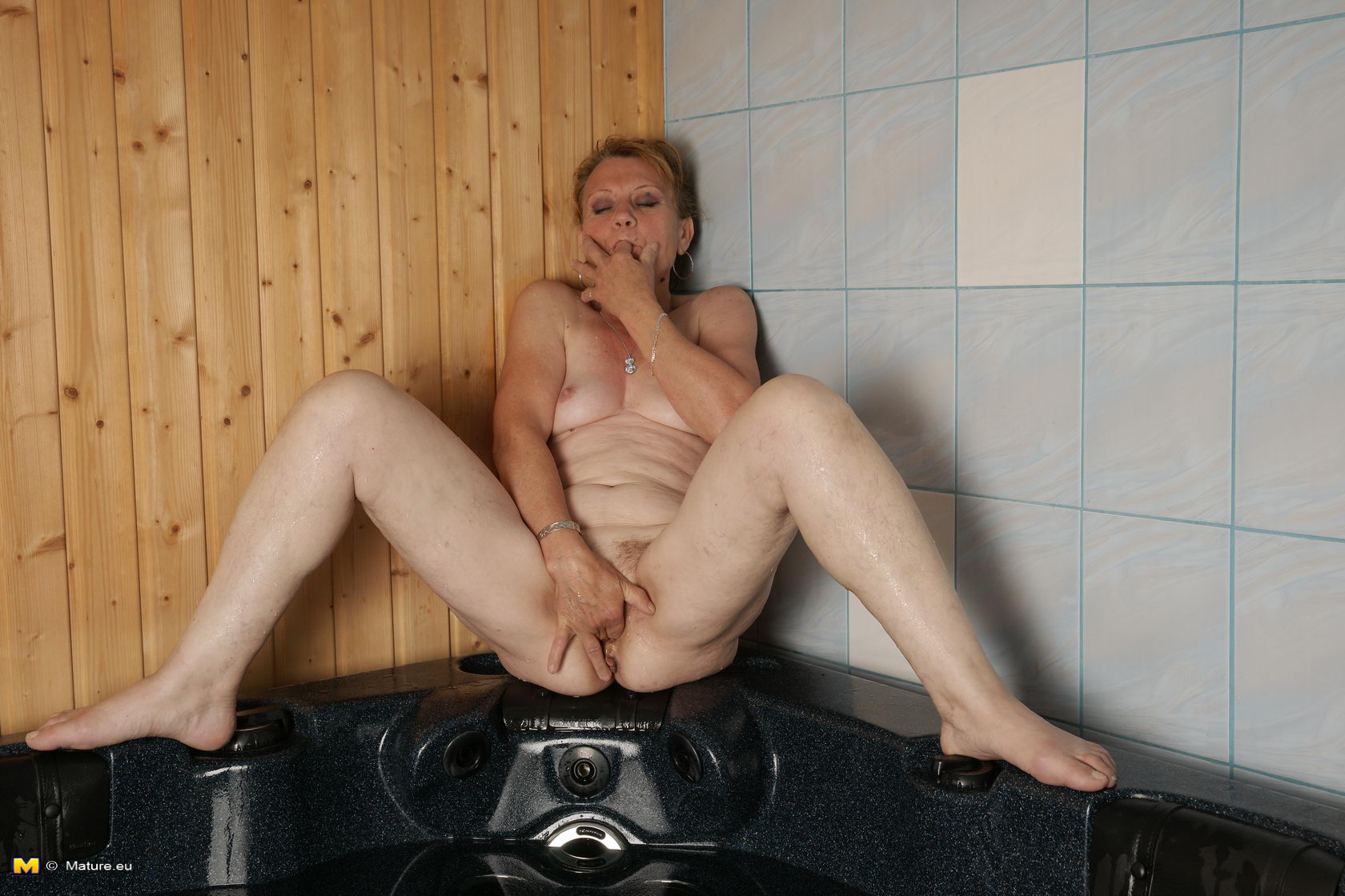 Mature Slut Bath 17