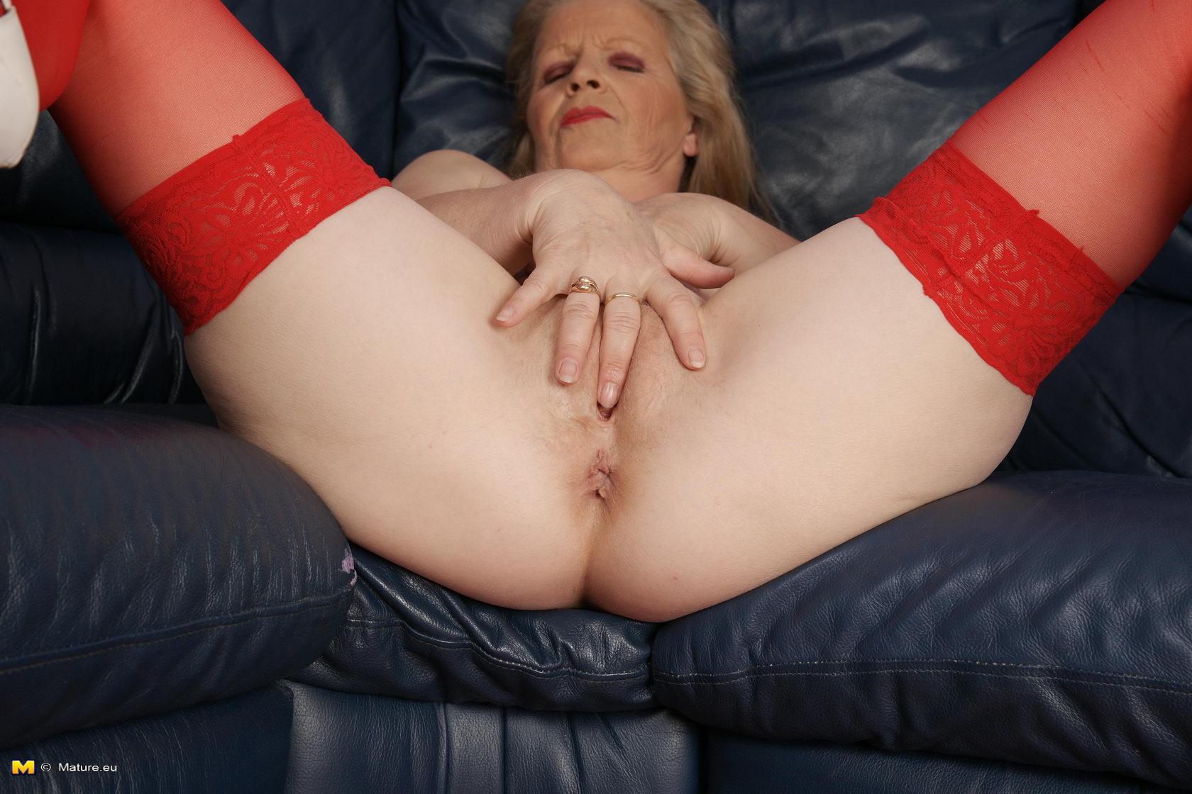 Masturbating mature slut