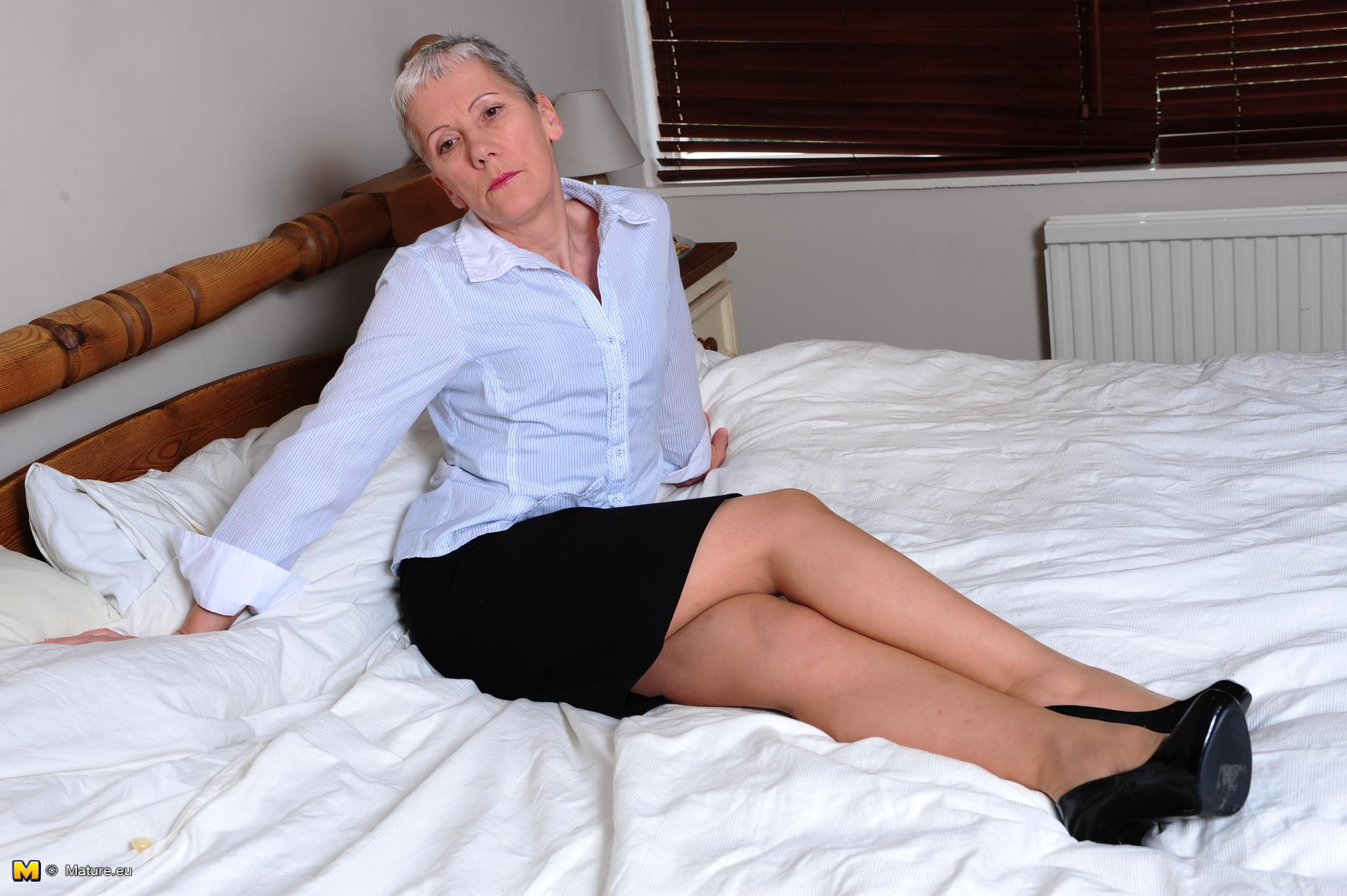 Mature nice thighs dildo play