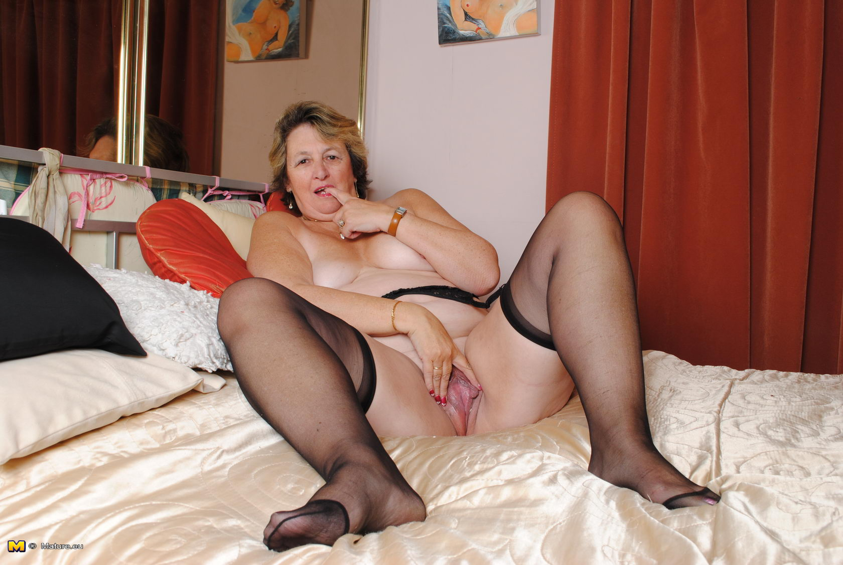 big mama playing with her wet pussy - grannypornpics