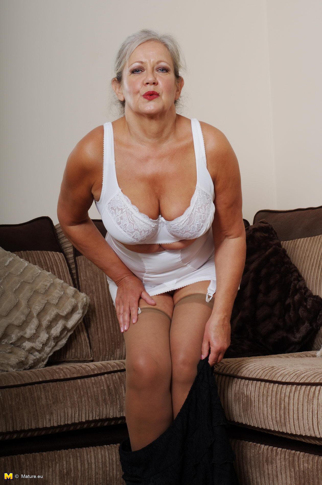 naughty mature slut getting very dirty bu herself - grannypornpics