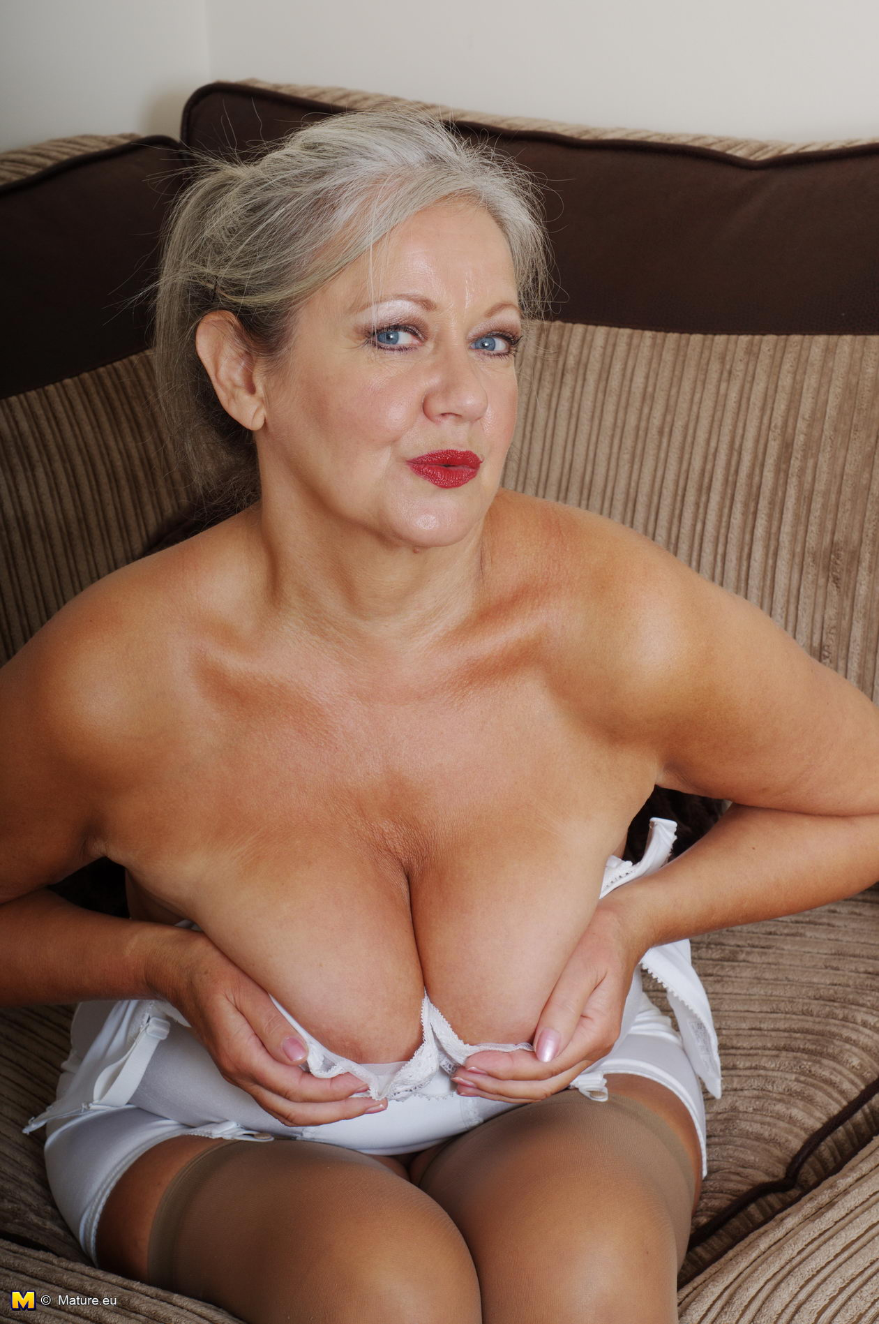 naughty mature slut getting very dirty bu herself - grannypornpics
