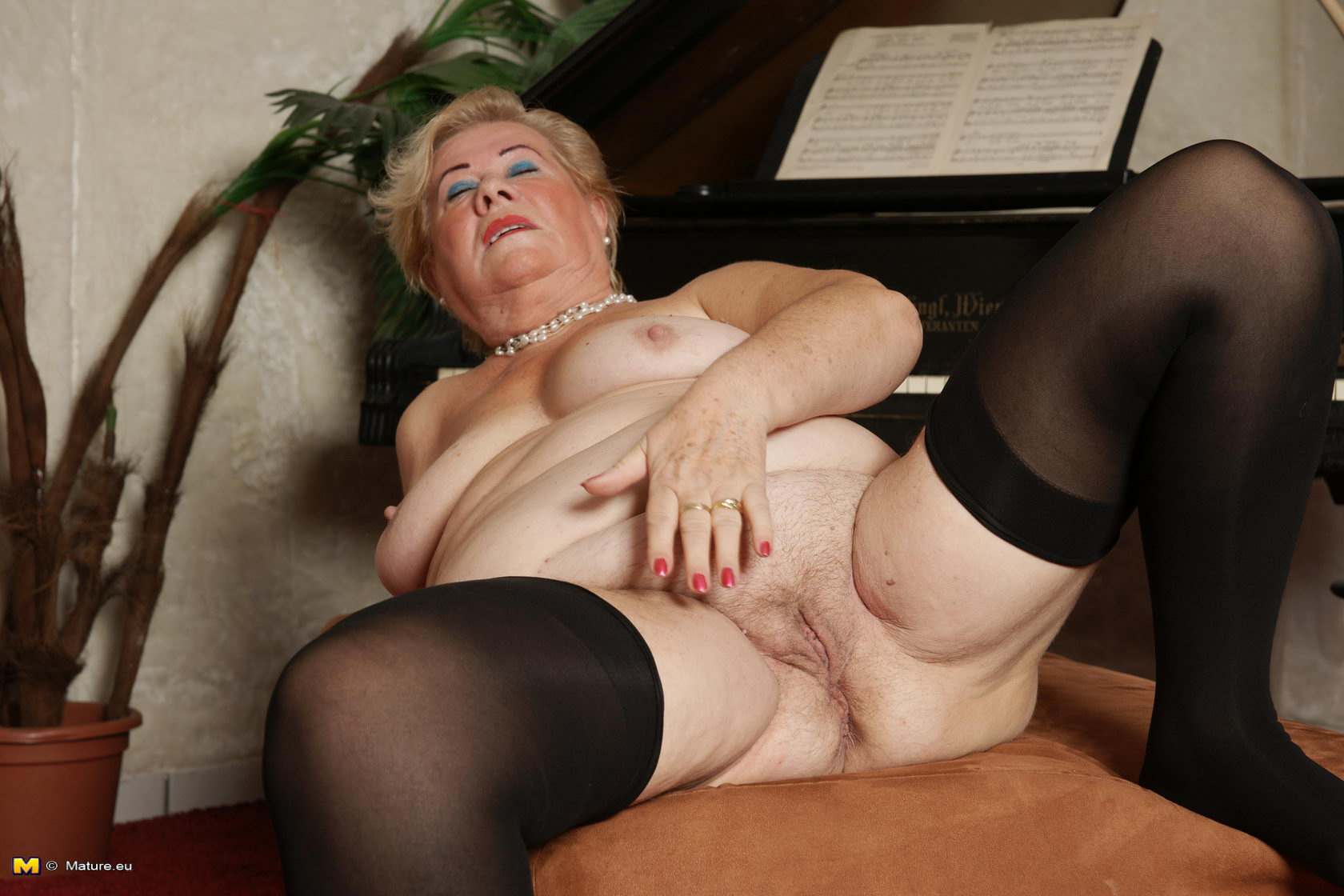 hairy milf pussy penetrated