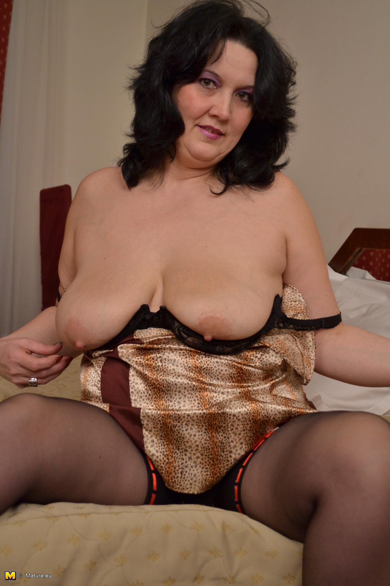 mature sex toy playing with her pussy - grannypornpics