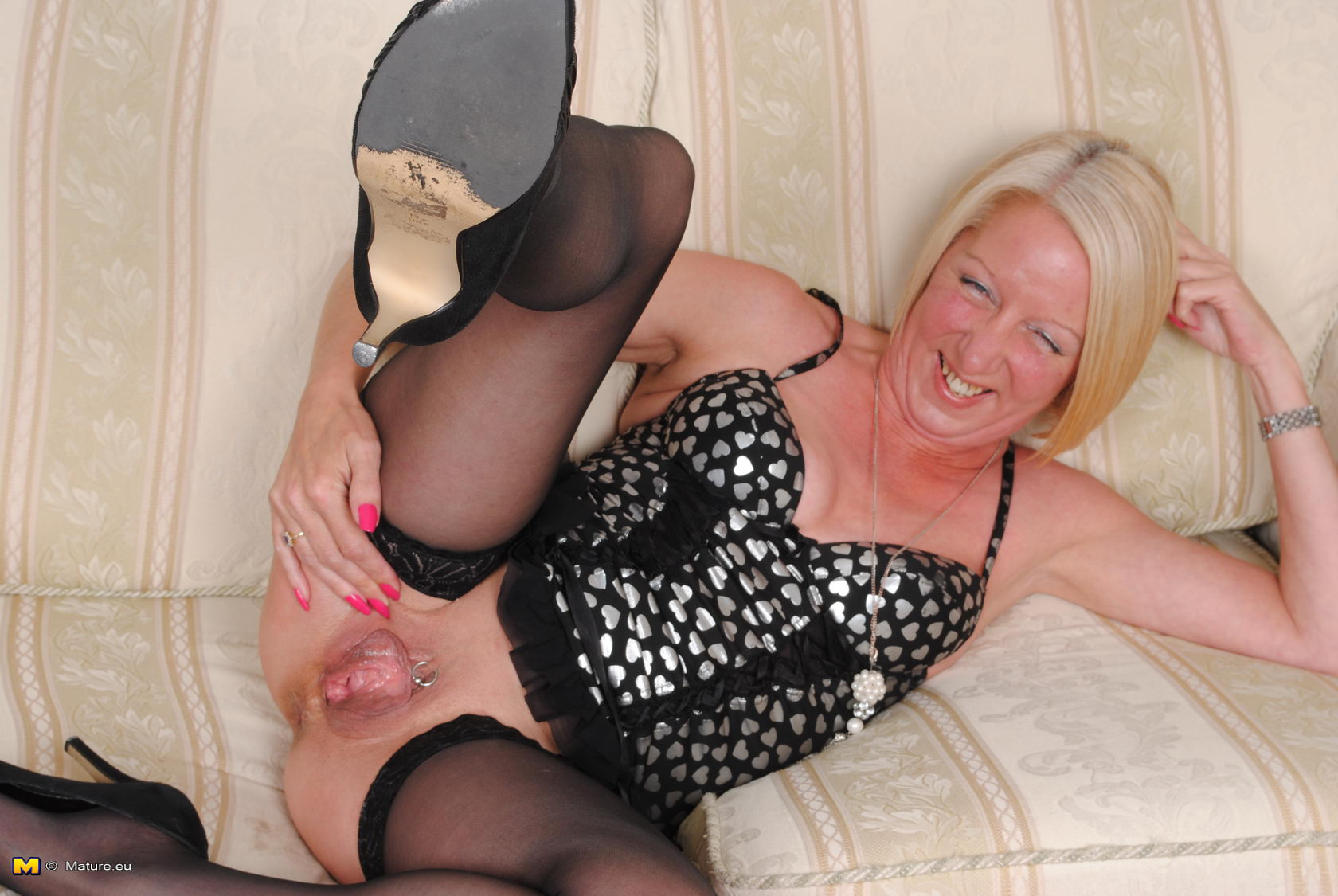 mature slut playing with her wet pussy - grannypornpics