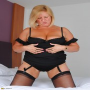 This BBW loves to play with her wet pussy