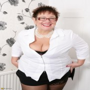 Hot British BBW showing off her succulent body