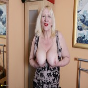 This British mature lady loves to play with her toys