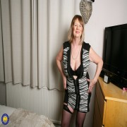 Curvy British housewife playing eith her pussy