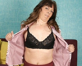 This naughty housewife goes to get her climax