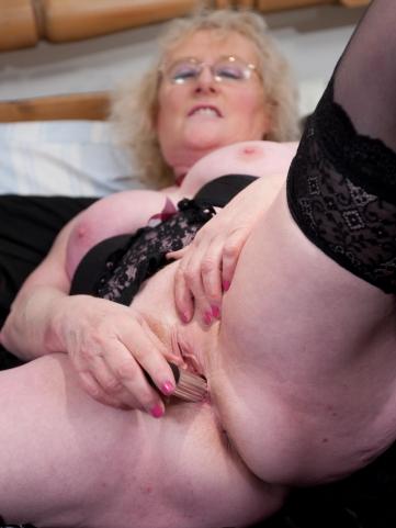 oma claire mit vibrator in der rasierten alten fotze oma sexbilder