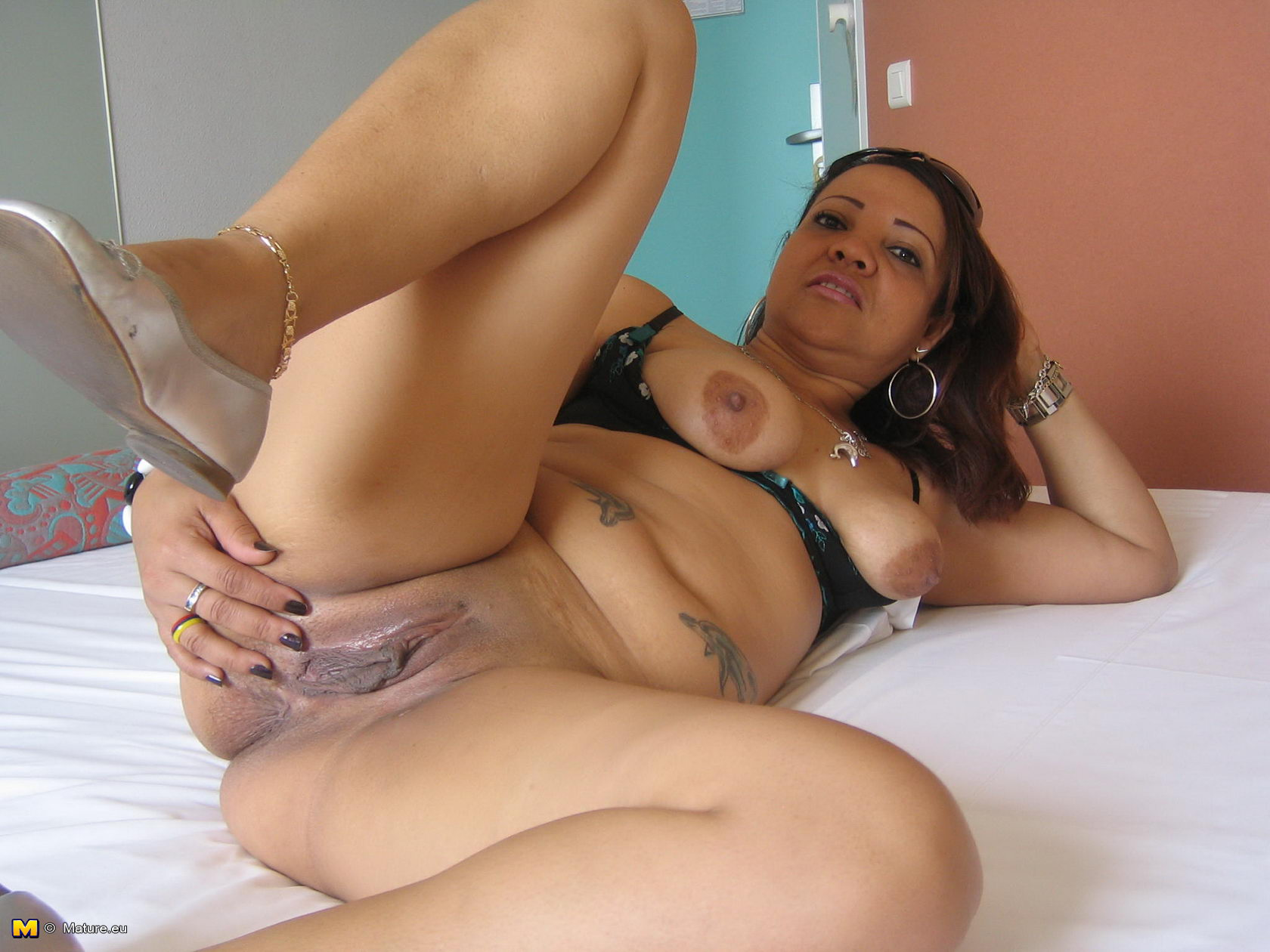 Amateur mom loves her dildo and shows off her dancing skills 1