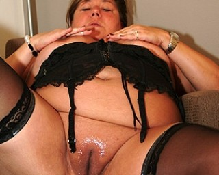 Omaseks Big mature mama playing with herself