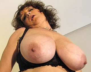 Mature-nl Big titted mama playing with her toys