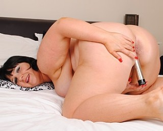 British mature slut stuffing her pussy