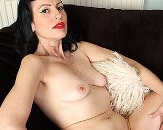 Horny burlesque MILF playing with herself