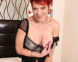 This kinky UK housewife loves to play with her pierced pussy