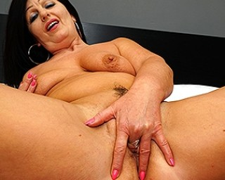 Chubby mama playing with her pussy