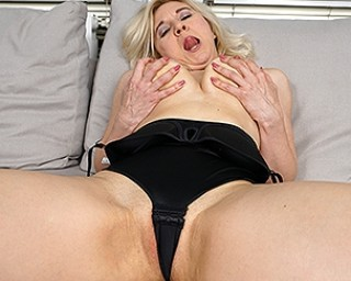 This horny housewife loves to play alone
