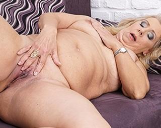 Chubby mature slut masturbating on the couch