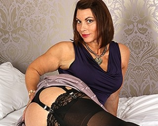 Hot MILF getting wet and wild in bed