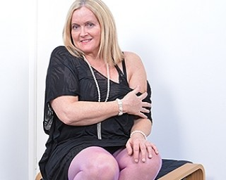 Curvy British housewife playing with herself