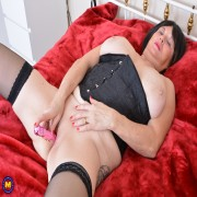Curvy mature lady from the UK playing with herself