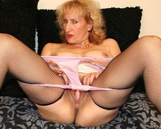Mature Naomi loves to play with her pussy